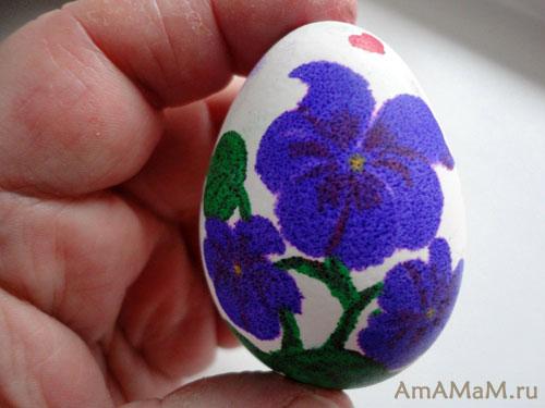 Яйцо с цветами, расписанное фломастером