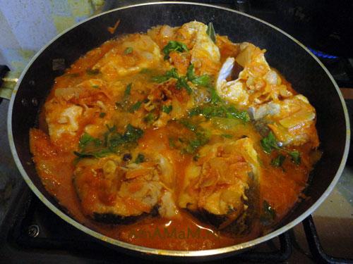 Хек в томатном соусе на сковороде - фото