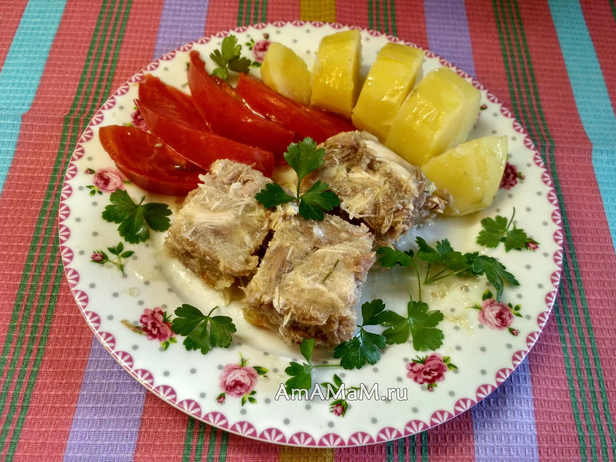 Вкусный домашний холодец с гарниром из картошки и помидоров