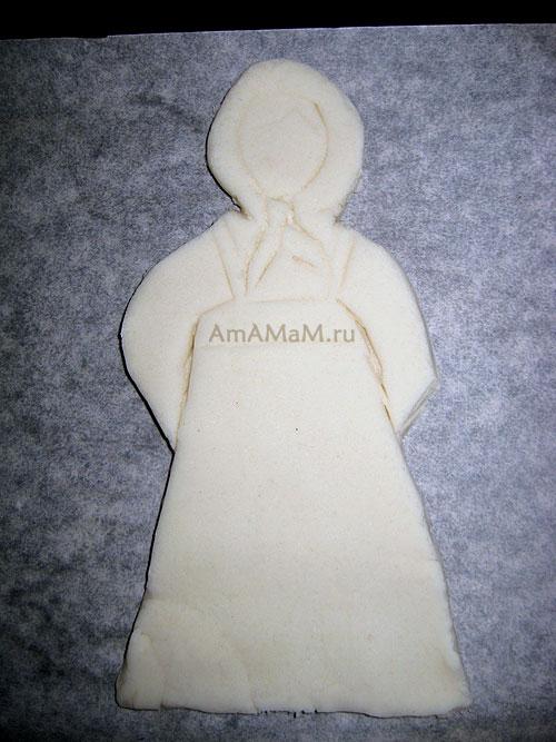 Кукла в костюме крестьянки из соленого теста