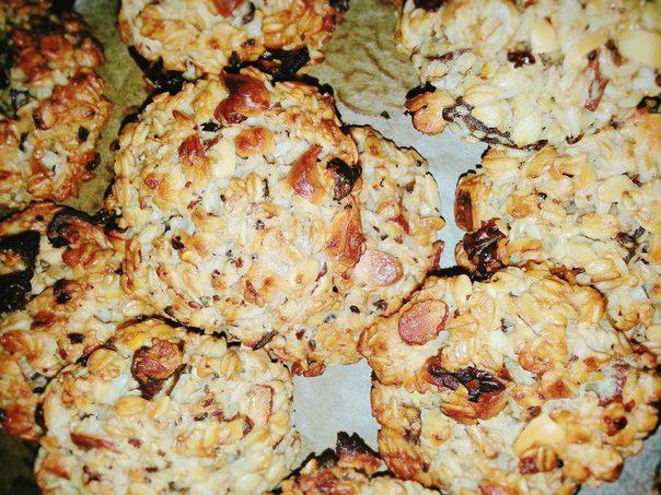 Домашнее овсяное печенье с орехами, кунжутом и сухофруктами (курага) - рецепт и фото
