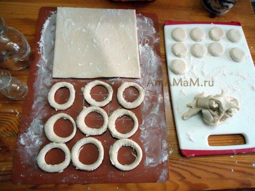 Как вырезать пончики и пышки из теста - фото и рецепт