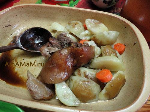 Фото запеченной картошки со свиной рулькой и рецепт