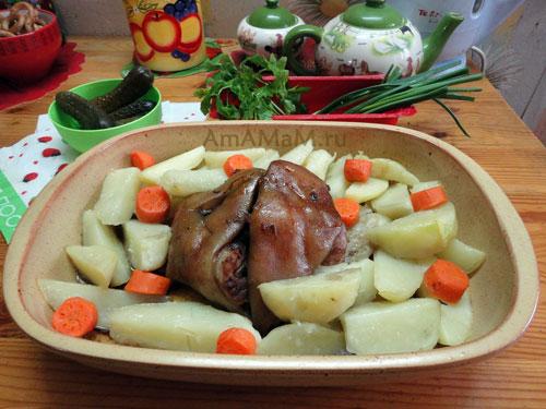 Рецепт рульки в духовке с картофелем и морковью с фото