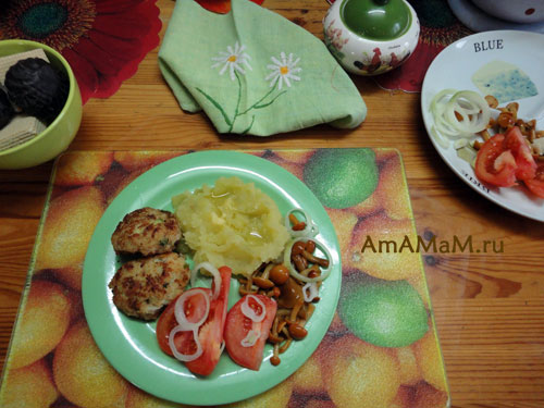 Тарелка вкусной еды из трески: нежные и сочные рыбные котлетки!