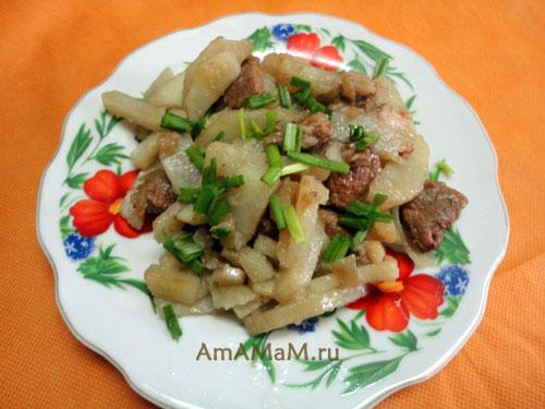 Тарелка с картошкой и мясом - очень вкусное блюдо, которое любят мужчины!