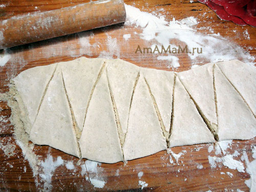 Как нарезать слоеное тесто с начинкой зигзагом - фото