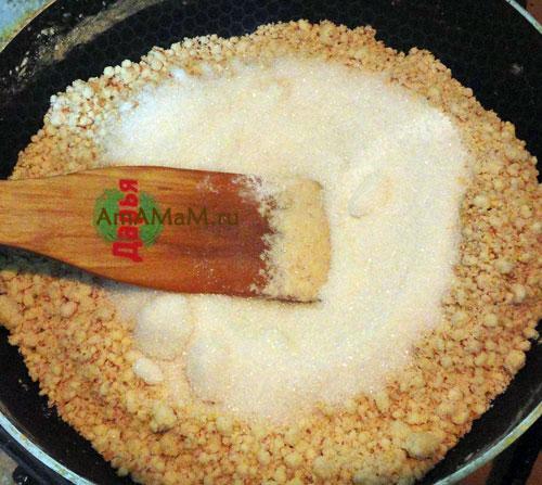 Готовим начинку для восточных сладостей из муки, масла и сахара.
