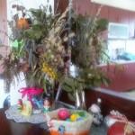 Пасхальный стол - крашеные яйца в корзиночке
