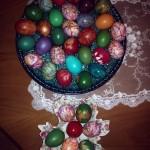 Полосатые и однотонные крашеные яйца - фото