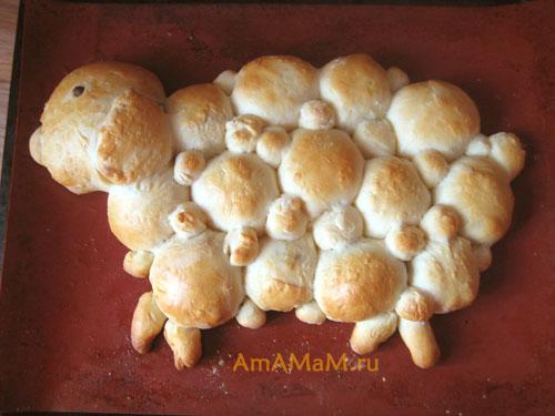 Дрожжевой пирог в виде барашка (овечки)