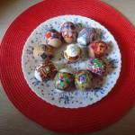 Фото белых и коричневых яиц в термоэтикетках