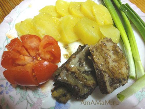 Ребрышки с картошкой, зеленью и свежими овощами -  очень вкусно!