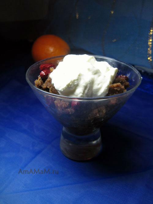 Рецепт простого домашнего десерта из пирога со сметаной и сиропом с фото