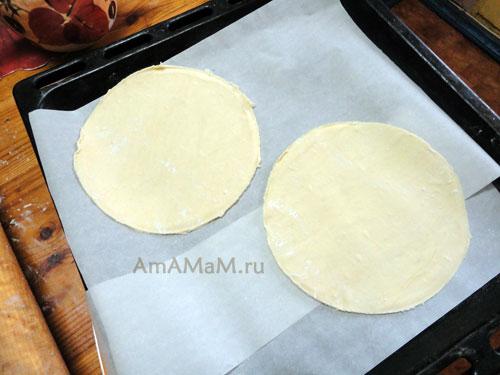 Как расположить коржи для небольшого торта на противне для запекания в духовке