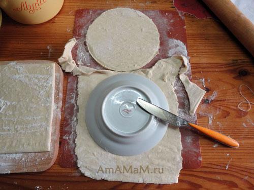 Способ вырезания коржей из слоеного теста и рецепт вкусного торта