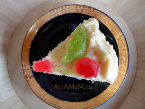 Фото кусочка домашнего торта с мармеладом и черносливом