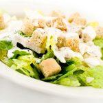 Куриный салат с огурцами, луком и сухариками