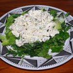 Куриный салат с орехами, огурцами и грибочками
