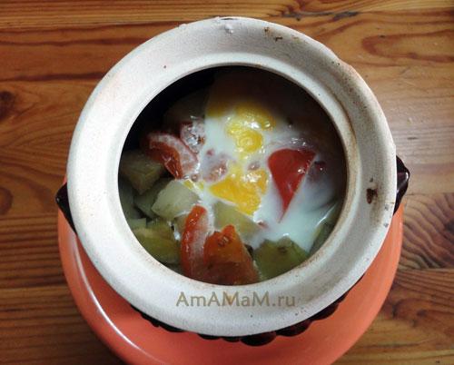 Горшочек с мясом, картошкой, грибами и помидорами - фото