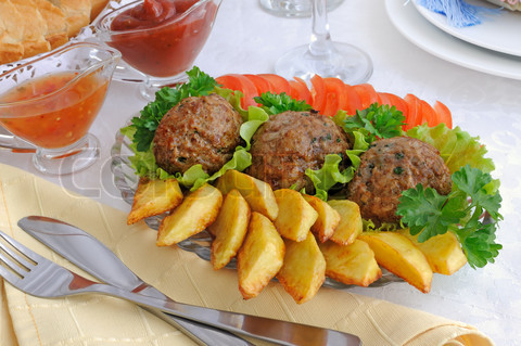 Фото картошки с котлетами и овощами
