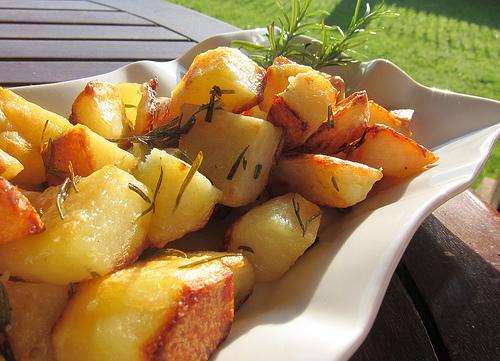 Приготовление картофеля с розмарином в духовке - рецепт
