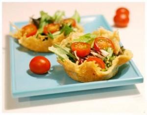 Рецепт вкусного салата с морепродуктами в сырных чашечках