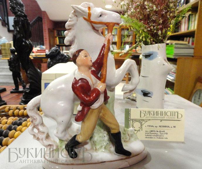 Фото старинных фарфоровых статуэток из антикварного салона Букинист в Туле