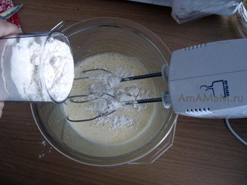 Соединение сухой и жидкой основы теста