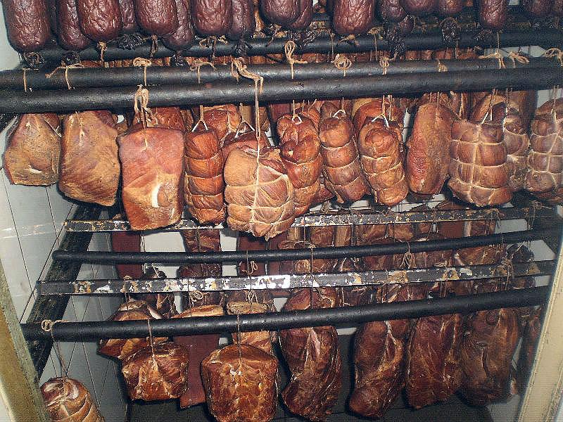 Как делают копченую колбасу и мясо  -фото