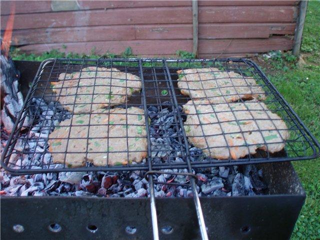 Мастер-класс по приготовлению гамбургеров на природе - фото решетки мангала с котлетами
