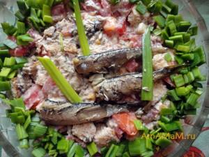 Фото вкусного салата с консервированной рыбой (шпротами)