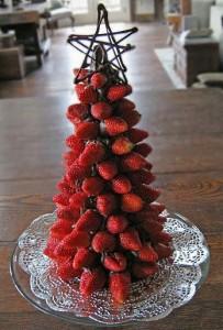Приготовление торта с клубникой в виде елки - фото и советы