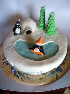 Пингвин на озере или катке - тортик к Новому году, мастика