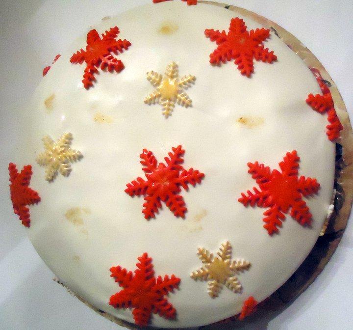 Торт для Нового года, украшен снежинками