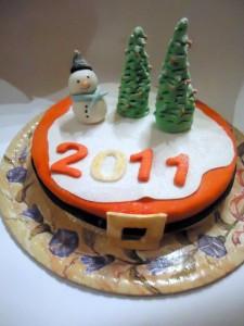 Как сделать торт с елочками и снеговиком с помощью мастики