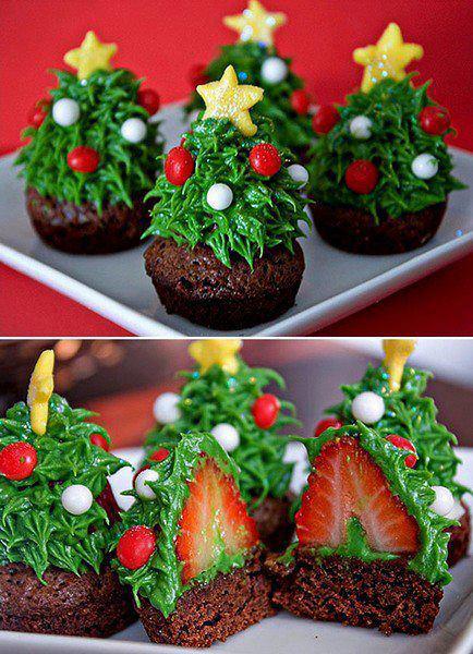 Простые кексы, украшенные елочкой из клубники и крема - фото