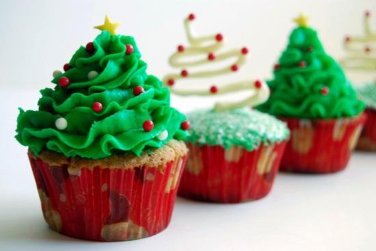 Что испечь на Новый год с новогодней символикой - маленькие кексики с кремовыми елочками