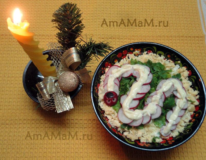 Как украсить новогодний салат змей - фото