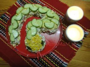 Приготовление новогоднего салата в виде змейки
