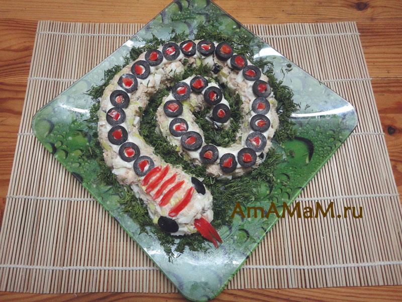 Приготовление салата в виде Змеи - фото и рецепт