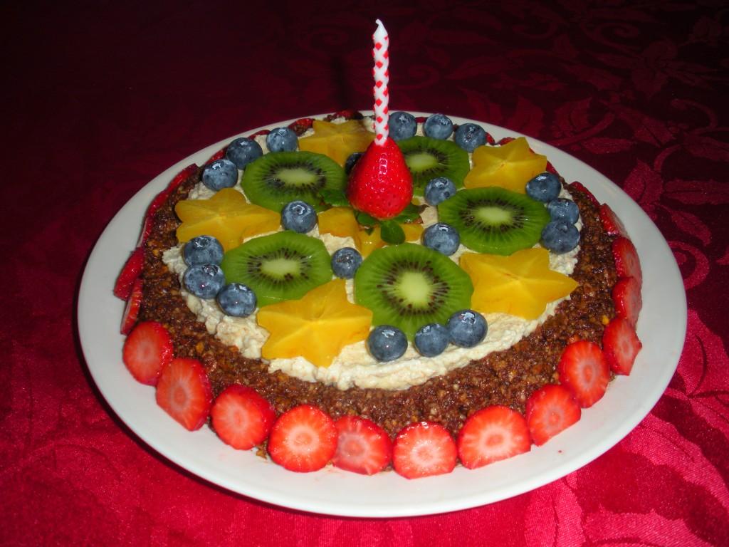Украшение торта фруктами и ягодами для Нового года -фото