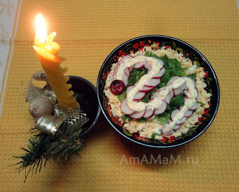 Салат Змея из редиски, яиц, лука и маслин - простой рецепт с фото