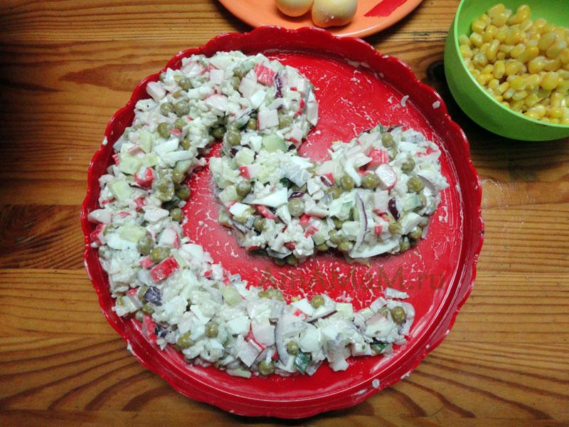 Приготовления салатов к Новому году в виде змей