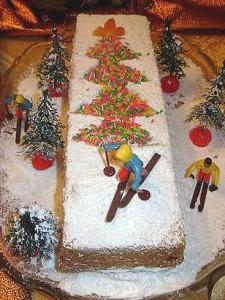 Новогодний торт с елкой и лыжниками - простое украшение выпечки к Новому году