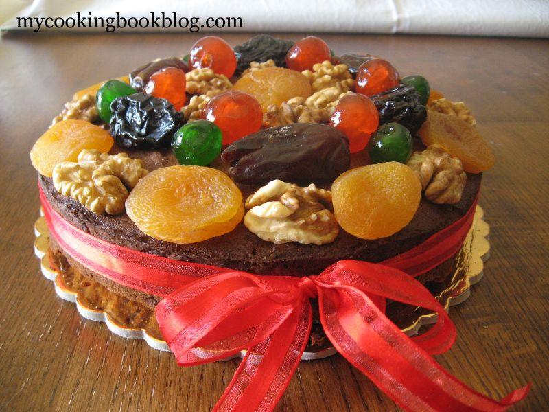Ореховый пирог с украшениями из фруктов и орехав