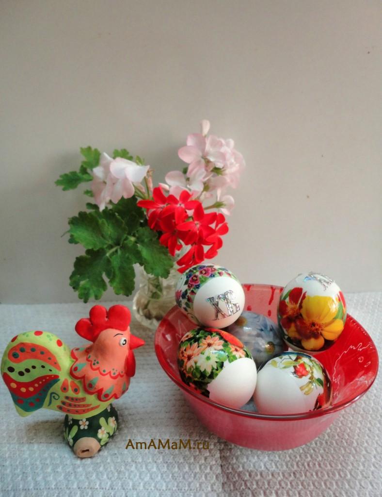 Яйца с наклейками на Пасху - фото