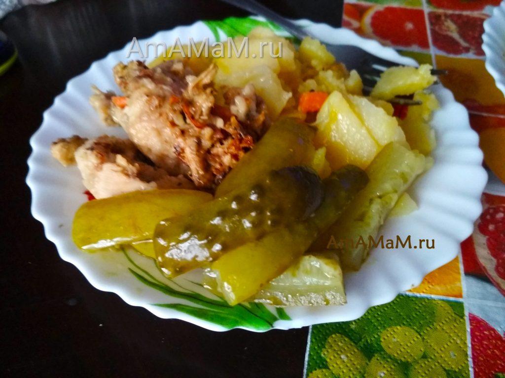 Обед из картошки, курицы и огурцов, маринованных дольками
