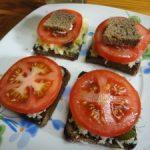 Бутерброды с помидорами, сыром и зеленью