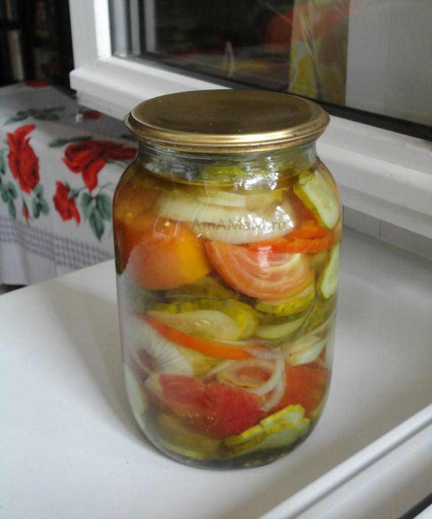 Как консервировать салат из помидоров и огурцов с перцем и луком - рецепт и фото